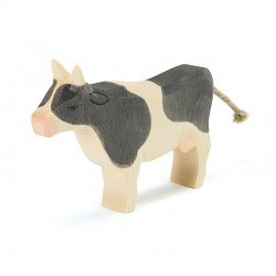 Koe zwart staand
